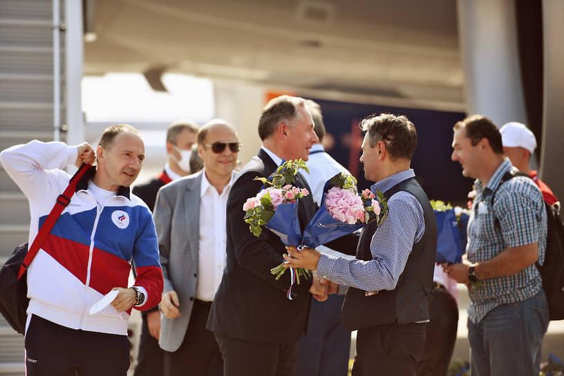 Президент ОКР Станислав Поздняков (в центре) во время встречи в аэропорту
