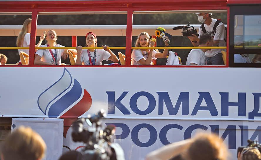 Из аэропорта олимпийцев везли в автобусах с открытым верхом