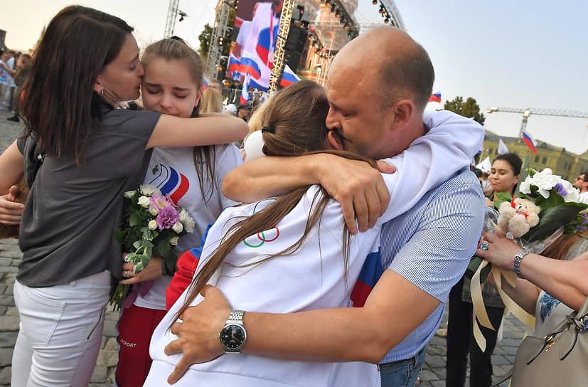 Российские гимнастки Арина Аверина (вторая слева) и Дина Аверина (вторая справа) во время встречи