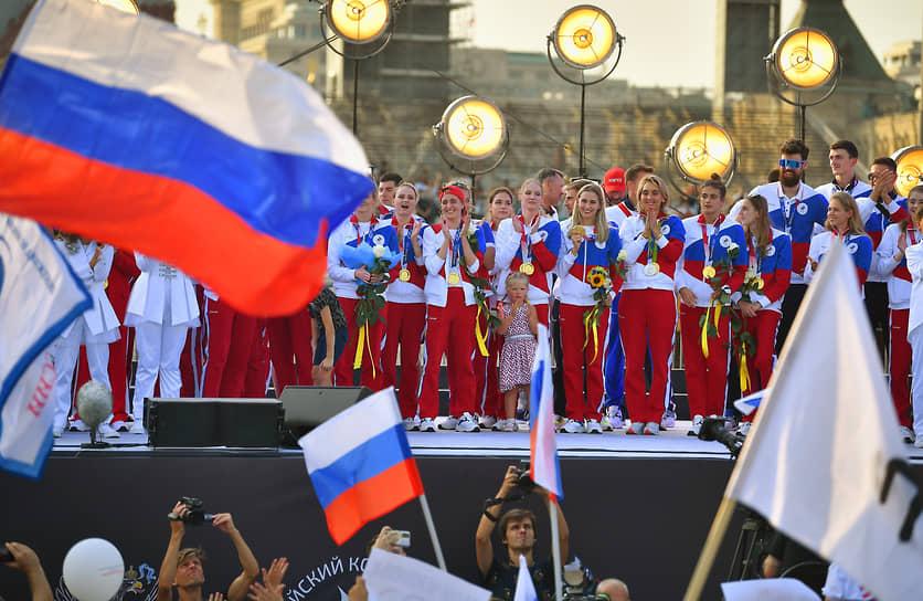 Российские спортсмены во время торжественной встречи на Красной площади