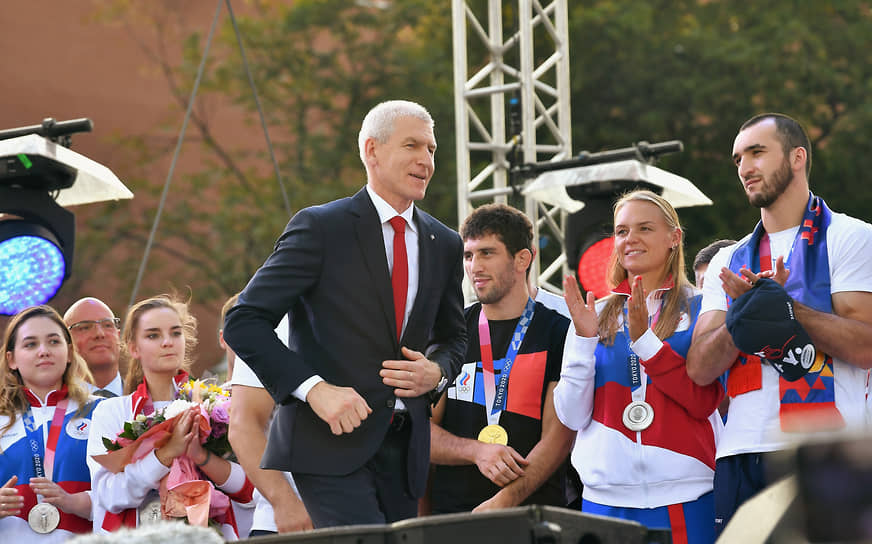 Министр спорта России Олег Матыцин (в центре) назвал каждую победу и медаль российских олимпийцев подвигом