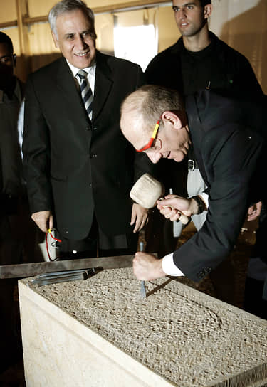 Премьер-министр Израиля Эхуд Ольмерт (справа) и президент Моше Кацав во время закладки камня для Национального кампуса археологии Израиля в Иерусалиме, 2006 год