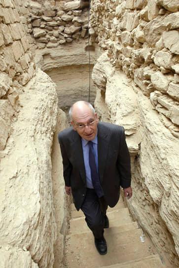 Президент Швейцарии Паскаль Кушпен на археологических раскопках пирамиды фараона Джосера в Египте, 2008 год