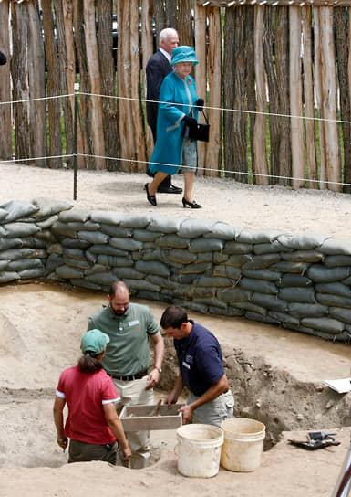 Королева Великобритании Елизавета II на археологических раскопках исторического поселения англичан в Джеймстауне, штат Вирджиния, 2007 год
