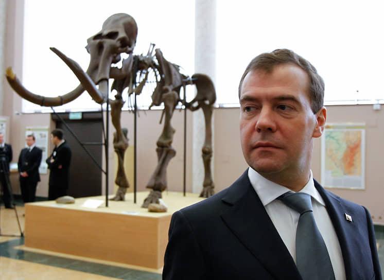 Президент РФ Дмитрий Медведев осматривает экспозицию в Музее археологии и этнографии в Уфе, 2011 год