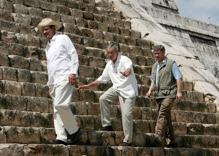 Слева направо: президент Мексики Висенте Фокс, президент США Джордж Буш-младший и премьер-министр Канады Стивен Харпер поднимаются на пирамиду Кукулькана на полуострове Юкатан, 2006 год