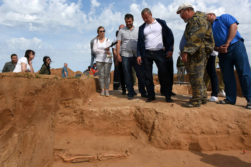 Врио губернатора Астраханской области Сергей Морозов во время археологических раскопок древних сарматских курганных захоронений, 2019 год