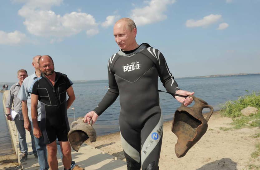 В августе 2011 года премьер-министр России Владимир Путин приехал на Таманский полуостров, где ведутся археологические раскопки. При погружении с аквалангом он достал со дна залива две античные амфоры