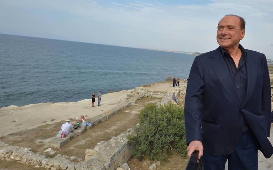Бывший премьер Италии Сильвио Берлускони во время осмотра территории национального заповедника «Херсонес Таврический» во время археологических раскопок, 2015 год