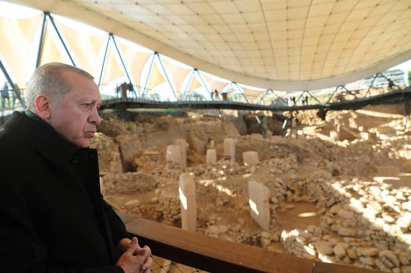 Президент Турции Реджеп Тайип Эрдоган во время посещения храмового комплекса Гебекли-Тепе. Он является древнейшим из крупных мегалитических сооружений в мире, возраст оценивается в 12 тыс. лет, 2019 год