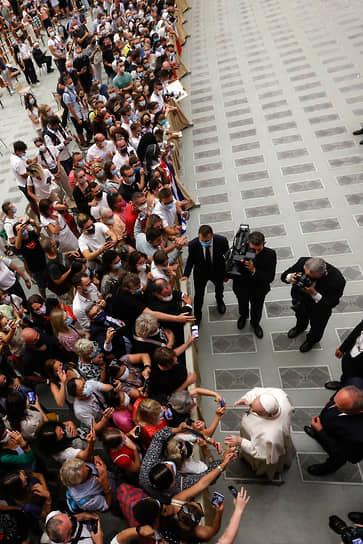Ватикан. Папа римский Франциск приветствует верующих во время своей еженедельной коллективной аудиенции