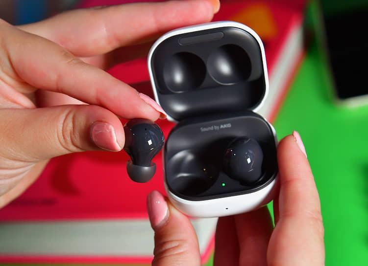 У Galaxy Buds2 новый дизайн, а также функция активного шумоподавления. В режиме Ambient Sound можно выбрать один из трех уровней интенсивности передачи звуков окружающей среды