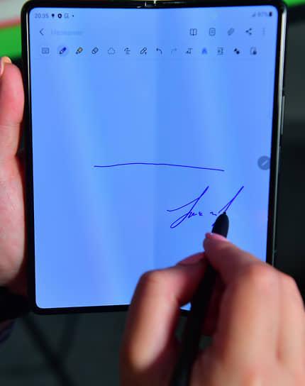 Galaxy Z Fold3 оснащен тремя внешними камерами: ультраширокоугольной 12 МП, широкоугольной 12 МП и телеобъективом 12 МП. Смартфон работает на процессоре Snapdragon 888 и оснащен аккумулятором 4400 мА·ч. Смартфон поступит в продажу в черном и зеленом цветах по цене 159,9 тыс. руб. за устройство с 256 ГБ памяти, 169,9 тыс. руб. за версию с 512 ГБ