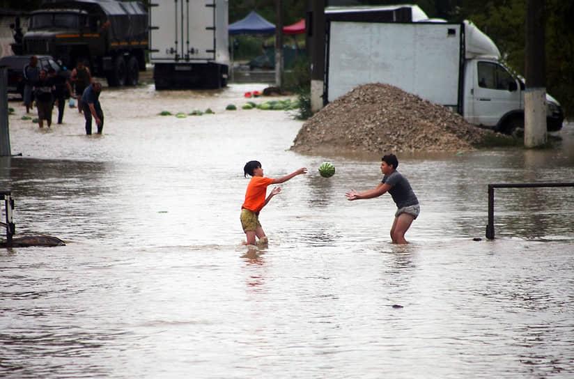 Керчь. Дети играют на затопленной из-за ливней улице