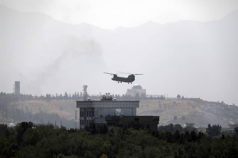 По данным МИД РФ, талибы взяли под охрану посольство России в Кабуле. Несколько сотен работников американского посольства (на фото) были эвакуированы