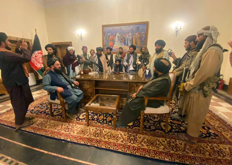 Утром 15 августа отряды террористического движения «Талибан» (запрещено в РФ) вошли в столицу Афганистана Кабул <br>На фото: талибы в президентском дворце
