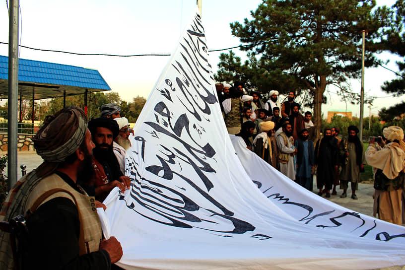Талибы пообещали уважать права женщин «при условии, что они будут носить чадру», а также сформировать «инклюзивное исламское правительство»