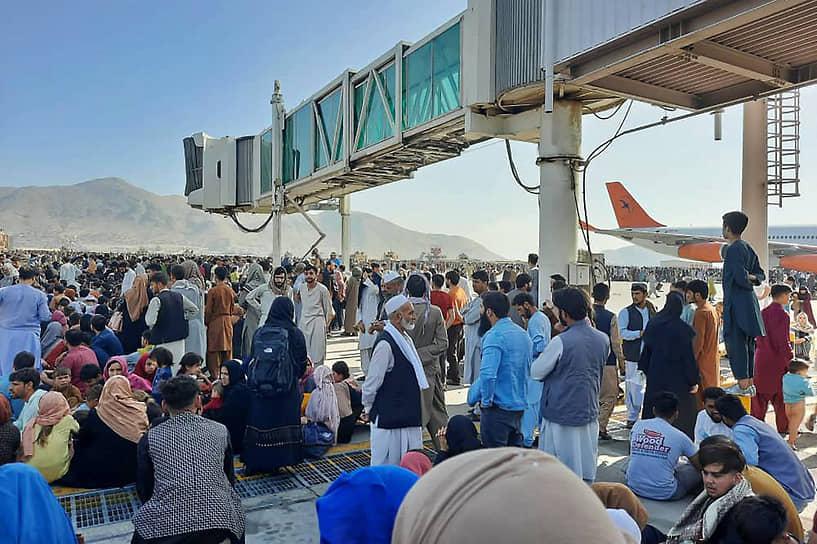 На фоне взятия столицы ряд стран эвакуируют своих граждан, а также граждан Афганистана. В аэропорту Кабула (на фото) скопились сотни желающих покинуть страну