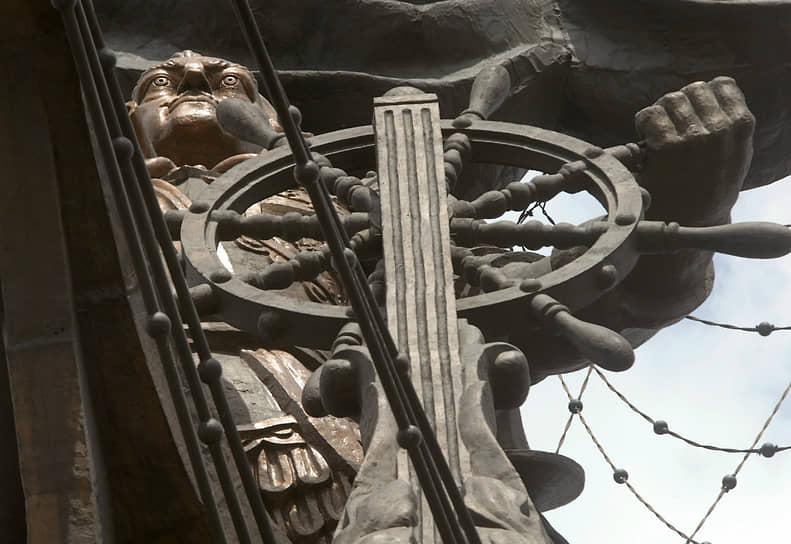 98-метровый памятник Петру I проекта Зураба Церетели воздвигнут в 1997 году в центре Москвы. В первоначальной версии скульптура была памятником Колумбу, который Церетели не смог продать в страны Латинской Америки. Скульптура вызвала почти единодушное неприятие москвичей, которые неоднократно требовали его демонтировать или перенести