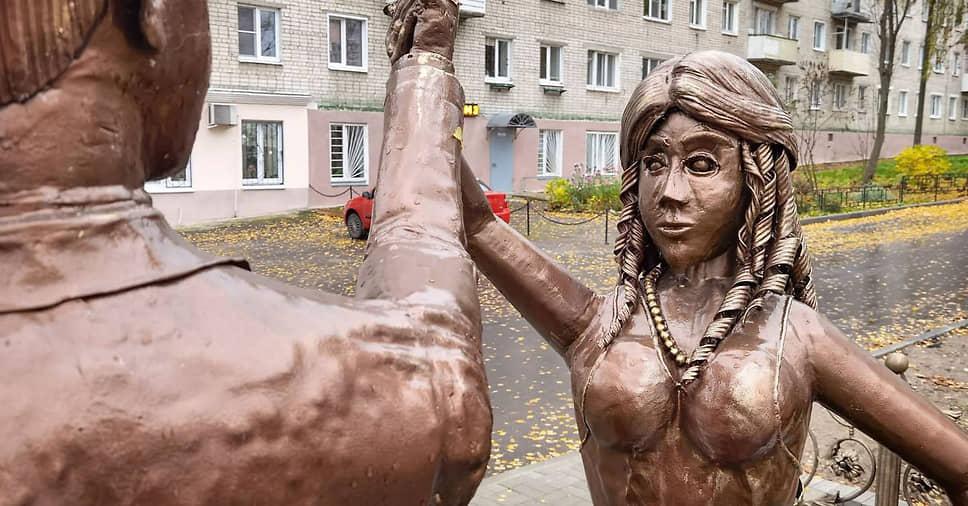 Жители города Павлово Нижегородской области раскритиковали установленный в августе 2021 году у ЗАГСа памятник молодоженам, назвав его «пугающим». Скульптура, вызвавшая бурную реакцию в соцсетях, не была согласована с представителями ЗАГСа. Многие сравнивают ее с «Аленкой» из Нововоронежска