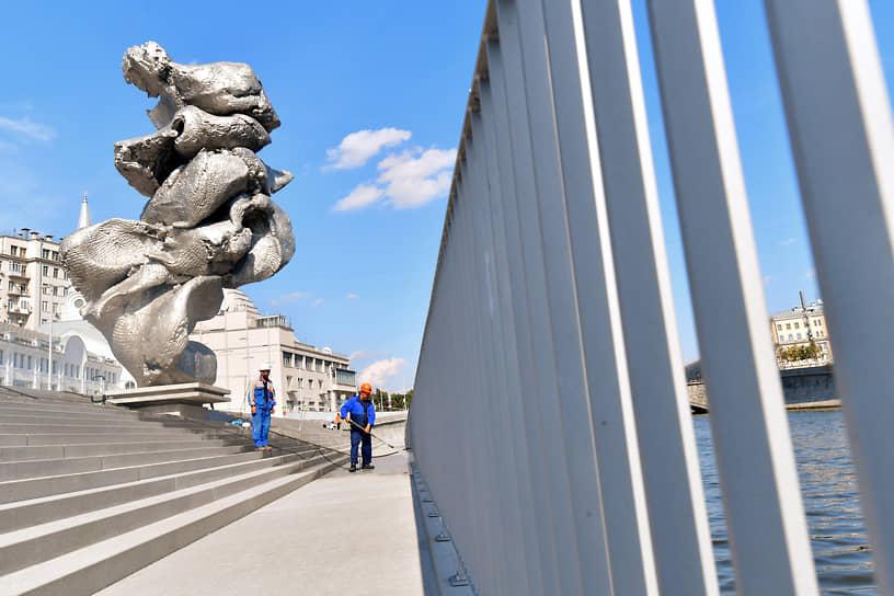 В августе 2021 года недовольство москвичей вызвала скульптура Урса Фишера «Большая глина №4», установленная на Болотной набережной. Она представляет из себя увеличенную копию комка глины с отпечатками пальцев самого художника. Некоторые горожане посчитали работу похожей на отходы жизнедеятельности, а шоумен Максим Галкин открыто сравнил глину с «12-метровой стопкой не очень аккуратного дерьма»