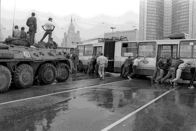 Люди на баррикадах из троллейбусов и бронетранспортеров в центре Москвы