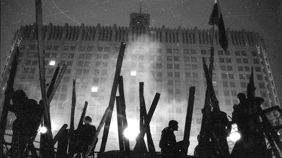 Демонстранты на баррикадах у здания Дома Правительства СССР