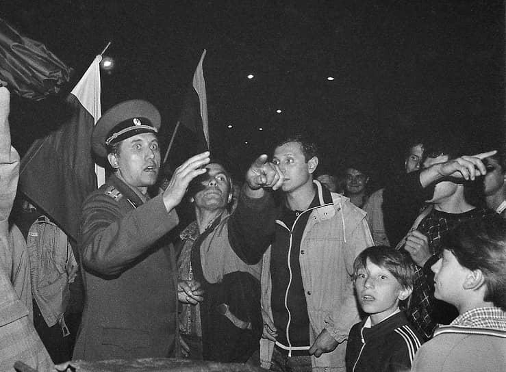 Народный депутат РСФСР Сергей Юшенков (слева) среди защитников Белого дома