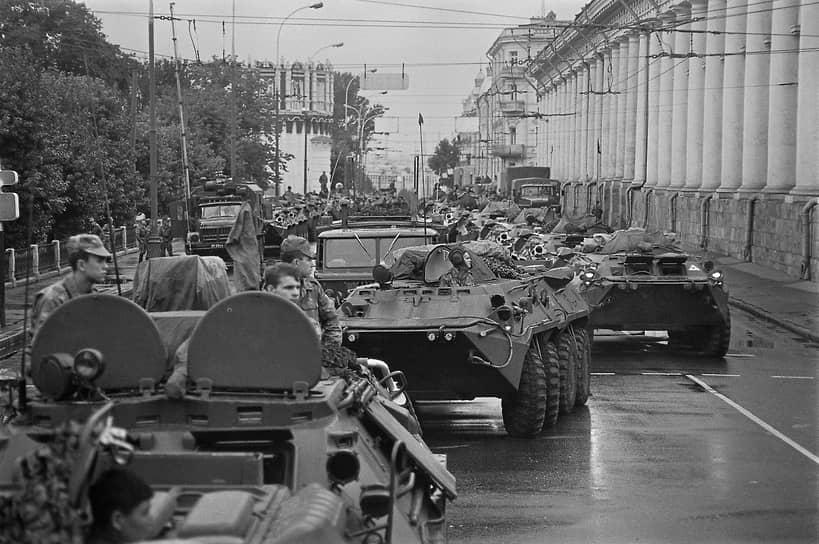 Колонна военной техники на Манежной площади