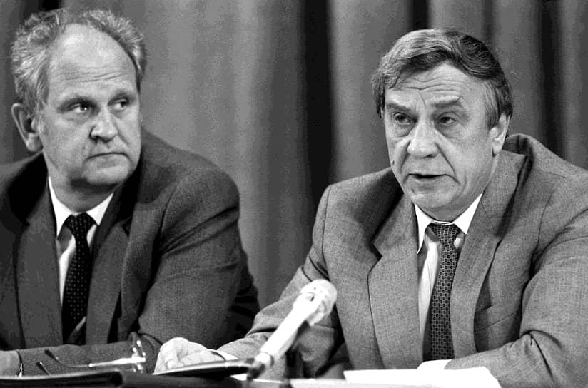Министр внутренних дел СССР Борис Пуго (слева) и исполняющий обязанности президента  СССР Геннадий Янаев во время пресс-конференции в пресс-центре МИДа 19 августа 1991 года
