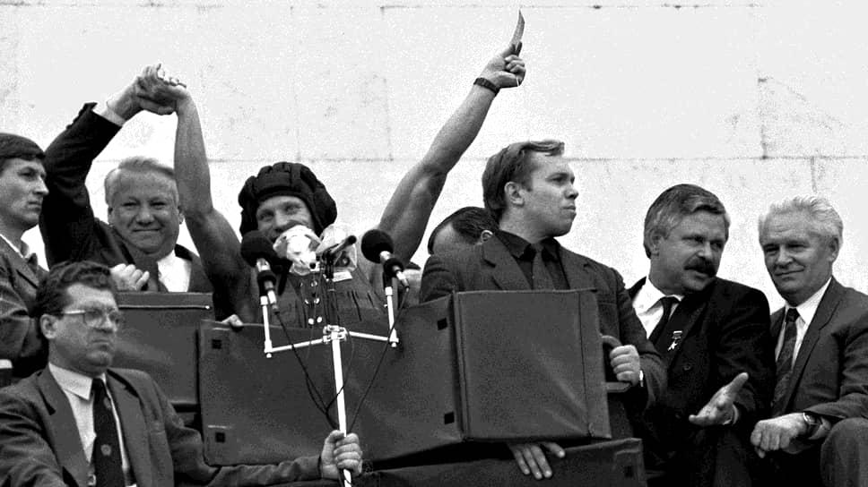 Борис Ельцин и вице-президент России Александр Руцкой (второй справа) на митинге у Белого дома в поддержку передачи государственной власти в августе 1991 года
