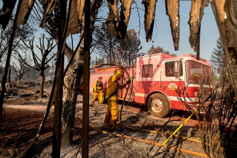 Калифорния, США. Пожарные после тушения передвижных домов