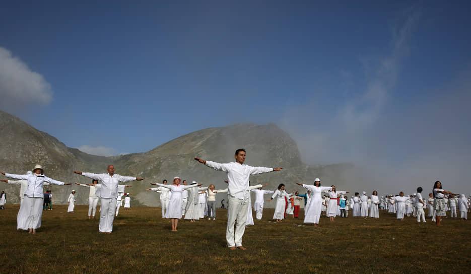 Рила, Болгария. Последователи оккультно-религиозного учения «Всемирное белое братство» исполняют ритуальный танец