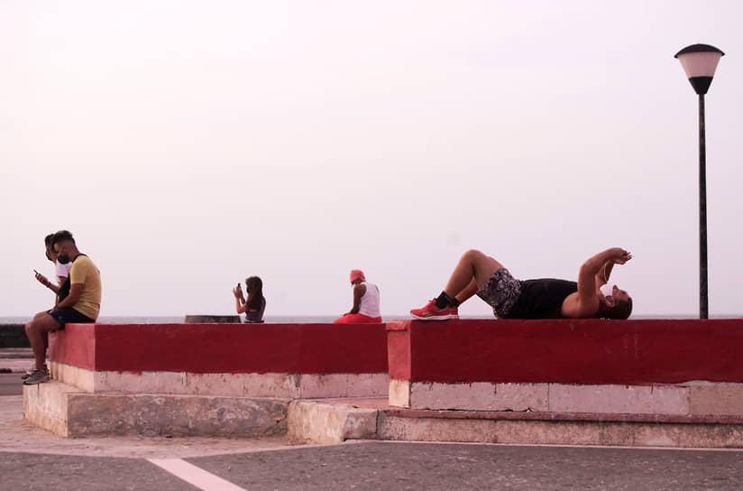 Гавана, Куба. Люди подключаются к бесплатному Wi-Fi