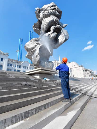 Москва. Скульптура швейцарского художника Урса Фишера «Большая глина №4»