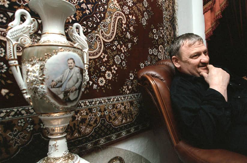 Ахмат-Хаджи Кадыров родился 23 августа 1951 года в Караганде Казахской ССР в семье религиозных деятелей. Он принадлежит к самому крупному чеченскому тейпу Беной. Его семья была депортирована в 1940-х годах из Чечено-Ингушской АССР