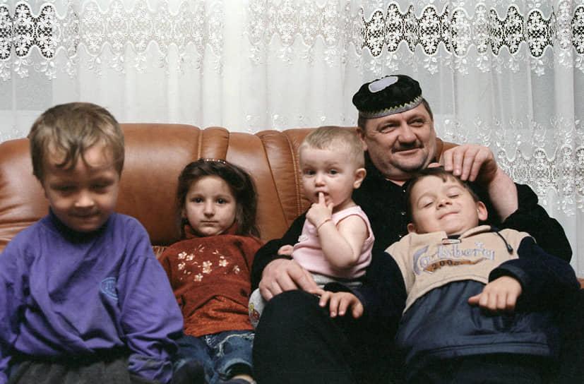 С 1970 года супруга — Аймани Кадырова. В браке родились четверо детей — сыновья Зелимхан и Рамзан, дочери — Зарган и Зулай  <br>На фото: Ахмат Кадыров со своими внуками