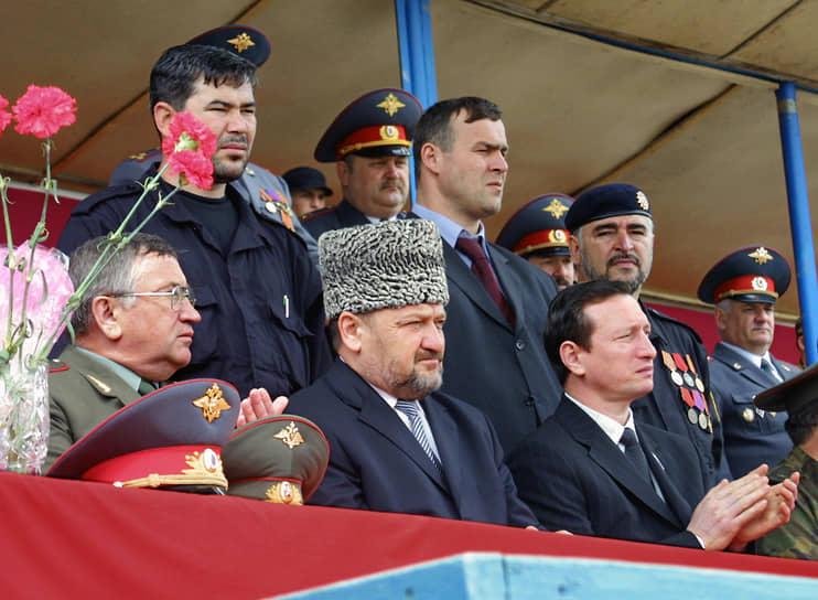 9 мая 2004 года Ахмат Кадыров погиб в результате теракта на стадионе «Динамо» в Грозном во время празднования Дня Победы. Под гостевой трибуной, на которой находился президент, сработало взрывное устройство <br>На фото: Ахмат Кадыров (в центре) и председатель Госсовета Чечни Хусейн Исаев (справа) на стадионе перед терактом