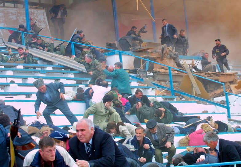 На стадионе погибли семь человек (в том числе председатель Госсовета Чечни Хусейн Исаев), еще более 50 были ранены. Ответственность за теракт взял на себя Шамиль Басаев, ликвидированный в 2006 году
