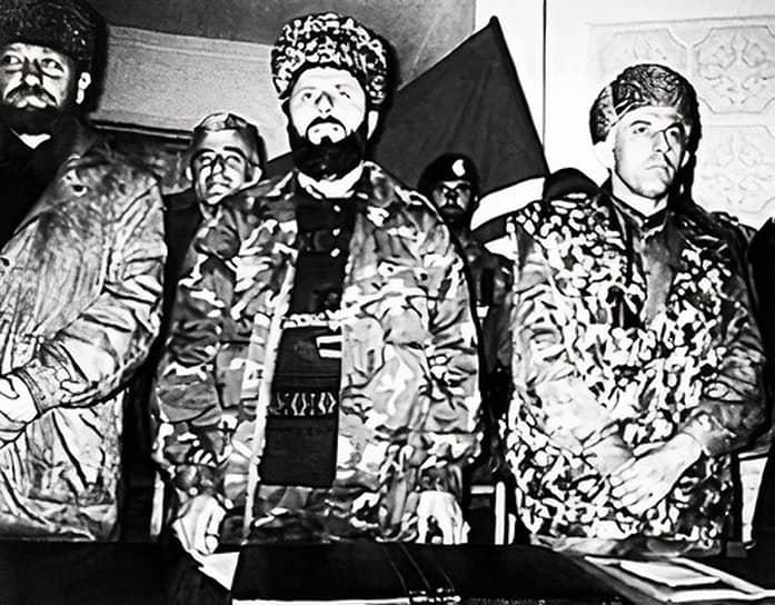 В 1957 году семья возвратилась из ссылки на родину, в село Центорой. После окончания школы господин Кадыров прошел курсы комбайнеров. В 1969-1971 годах работал в рисоводческом совхозе «Новогрозненский», затем — в строительных бригадах в Нечерноземье и Сибири <br>На фото слева направо: лидеры непризнанной Чеченской Республики Ичкерия (запрещена в РФ) Ахмат Кадыров, Зелимхан Яндарбиев, Аслан Масхадов