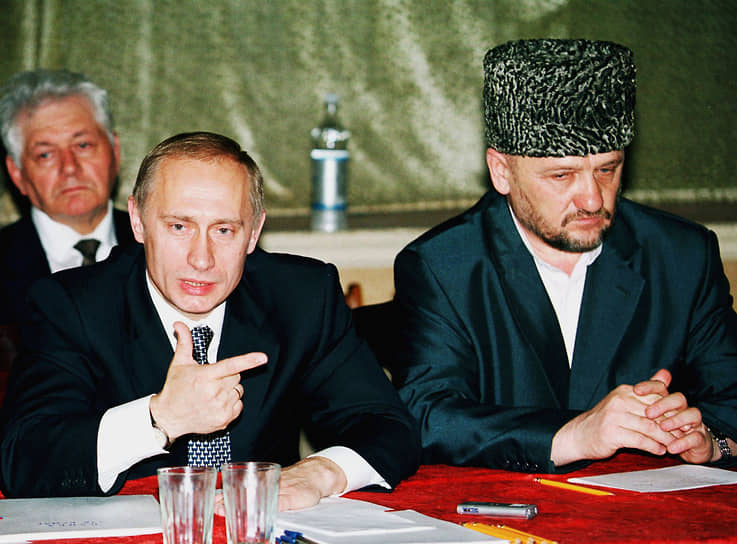 После провозглашения независимости Чечни в 1991 году прервал учебу в Иордании, вернулся на родину и стал активным деятелем духовного управления (муфтията) республики, заместителем муфтия Чечни. С 1994 года исполнял обязанности муфтия непризнанной Чеченской Республики Ичкерия (запрещена в РФ) <br>На фото: с президентом России Владимиром Путиным (слева)
