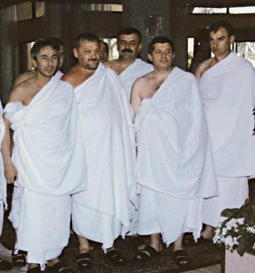 16 марта 2000 года выступил за введение прямого президентского правления в Чечне. 12 июня 2000 года указом Владимира Путина назначен главой администрации Чечни, а 22 августа сложил с себя полномочия муфтия. 5 октября 2003 года избран президентом Чечни, набрав 80,84% голосов избирателей <br>На фото: сенатор Совета федерации Умар Джабраилов (слева) и президент Чечни Ахмат Кадыров (второй слева) во время хаджа в Мекку