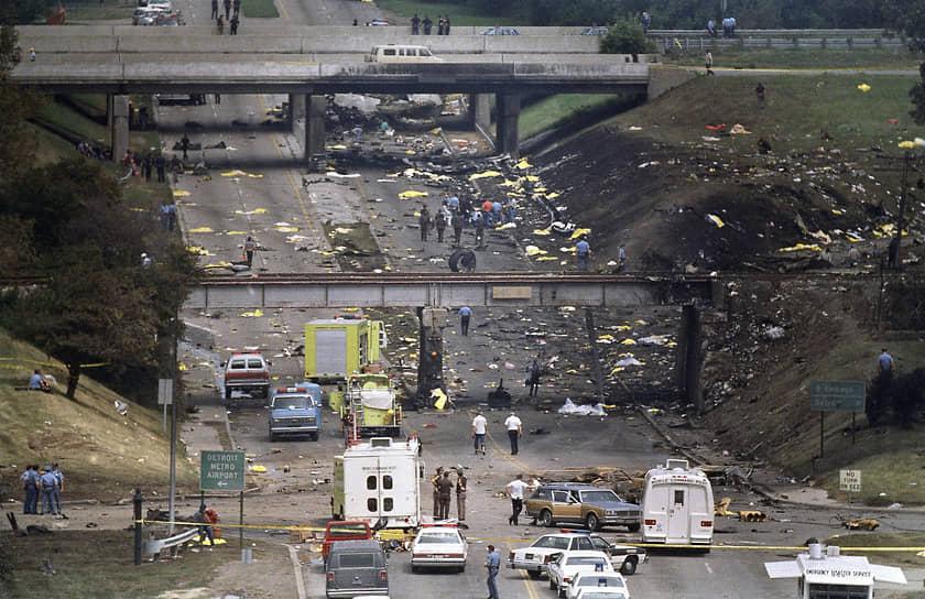 16 августа 1987 года McDonnell Douglas MD-82 авиакомпании Northwest Airlines, летевший из Детройта в Финикс, не смог набрать высоту, ударился о фонарный столб, перевернулся и рухнул на автодорогу. Выжила только четырехлетняя Сесилия Сичан. Причиной трагедии стала ошибка пилотов, не сделавших проверку положения крыла перед взлетом. Погибли 156 человек, авиакатастрофа стала крупнейшей из всех, в которых выжил один человек
