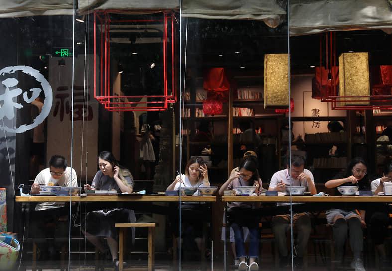 Пекин, Китай. Люди едят в ресторане