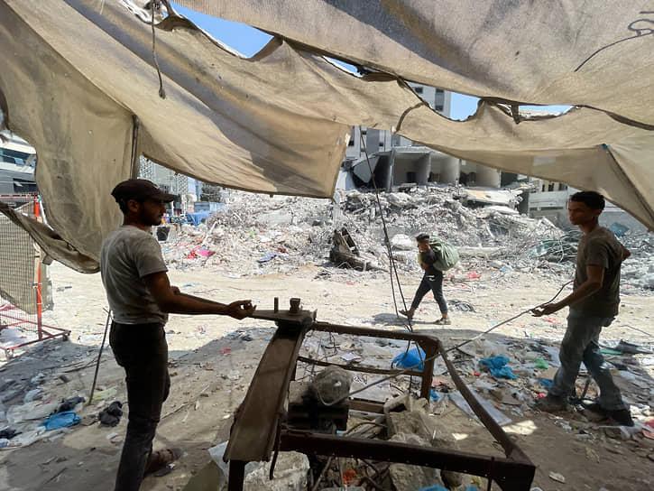Газа, Палестина. Рабочие выпрямляют арматуру