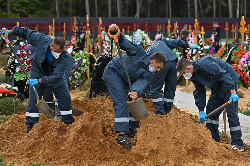 Москва, Россия. Похороны умерших после заражения коронавирусной инфекцией