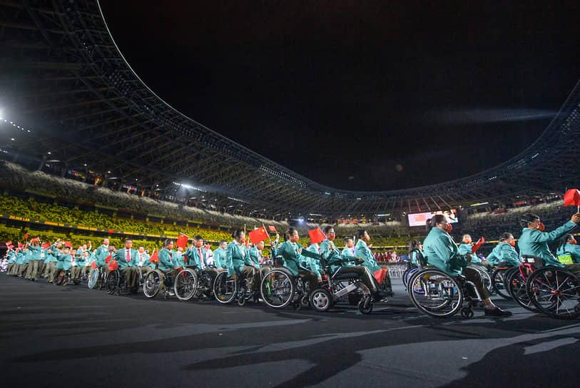 В шествии атлетов приняли участие почти 5 тыс. спортсменов, которые будут состязаться в 22 видах спорта
