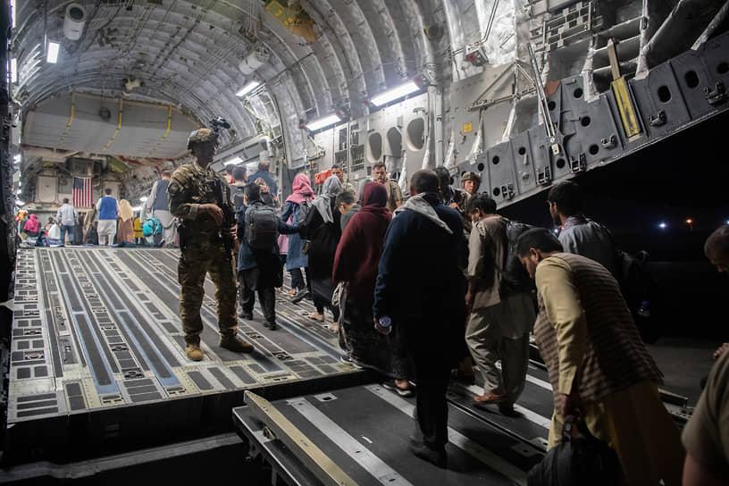 В первые дни эвакуации в аэропорту Кабула и его окрестностях произошла давка, погибли не менее 20 человек <br>На фото: эвакуация граждан Афганистана