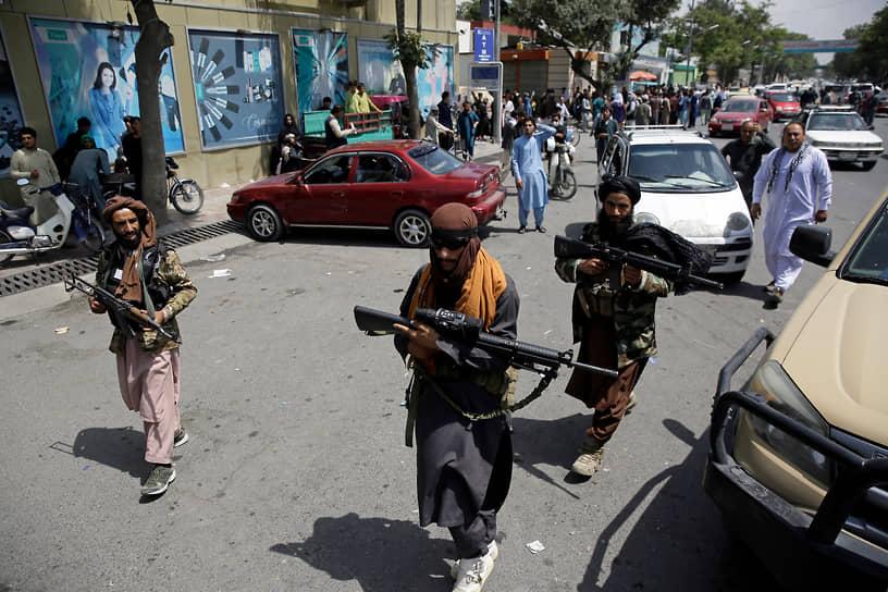 «Если они намерены продолжить оккупацию, это вызовет реакцию»,— добавил Сухейл Шахин <br>На фото: боевики патрулируют улицы Кабула