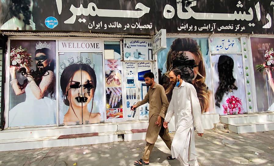 На фоне захвата власти талибами (участники террористического движения «Талибан», запрещенного в РФ) ряд стран сейчас эвакуирует своих граждан <br>На фото: закрашенные лица моделей на рекламных банерах